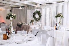 Casandose el banquete adornado con la decoración, las flores y otra diseñan elementos Imágenes de archivo libres de regalías