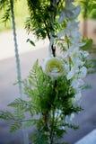 Casandose el oscilación adornado con las flores que cuelgan en las ramas del sauce Imagenes de archivo