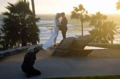 Casandose en el parque de Heisler, Laguna Beach, CA Imagen de archivo
