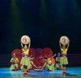 Casandose equipo-ella danza popular aduana-china de la nacionalidad Fotos de archivo libres de regalías