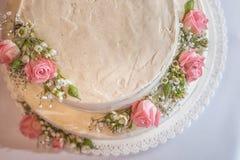 Casandose la torta desnuda adornada con las flores frescas en el top, fotografía del producto para la pastelería Fotos de archivo libres de regalías