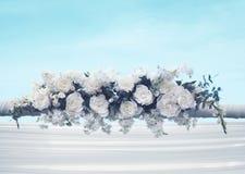 Casandose las decoraciones florales tratan las flores con suavidad blancas sobre fondo del cielo azul Imagenes de archivo