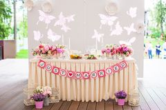 Casandose las tablas de banquete blancas preparadas para Foto de archivo libre de regalías