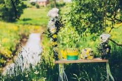 Casandose los oscilaciones adornados con las flores Imágenes de archivo libres de regalías