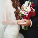 Casandose pares caucásicos juntos Imagen de archivo libre de regalías