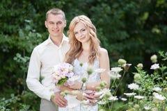 Casandose, ponga verde el fondo Imagen de archivo