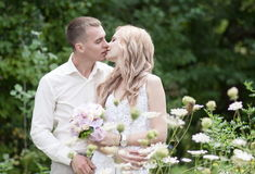 Casandose, ponga verde el fondo Imagenes de archivo