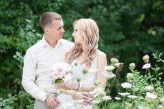 Casandose, ponga verde el fondo Fotos de archivo libres de regalías