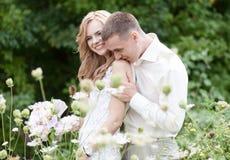 Casandose, ponga verde el fondo Foto de archivo libre de regalías