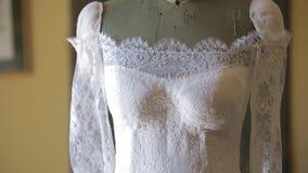 Casandose, vestido de boda hermoso en la casa del ` s de la novia almacen de video