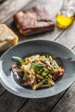 Casarecce della pasta con il parmigiano del pancetta del bacon ed il basilico delle erbe Cucina italiana o mediterranea fotografie stock libere da diritti