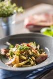 Casarecce della pasta con il parmigiano del pancetta del bacon ed il basilico delle erbe Cucina italiana o mediterranea immagine stock