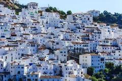 Casares, villaggio bianco in montagne andaluse, Spagna Immagini Stock