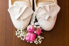 Casarse bolsos nupciales nupciales Zapatos de la boda y más bootnier Foto de archivo