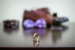 Casarse el anillo de oro imagen de archivo