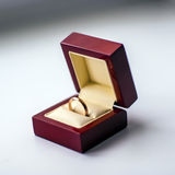 Casarse el anillo de oro en una caja de la secoya Foto de archivo