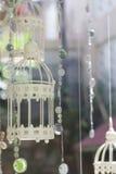 casarse el birdcage decorativo con las flores en la parte posterior natural fotos de archivo libres de regalías