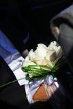 Casarse el ramo de la rosa del blanco en las manos del novio Foto de archivo