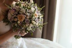 Casarse el ramo y el vidrio con champ?n en las manos de la novia, David Austin Ramo con estilo Ramo de rosas p?rpuras, poner crem fotografía de archivo libre de regalías