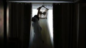 Casarse el vestido blanco almacen de metraje de vídeo