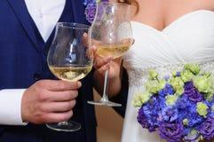 Casarse la celebración de la felicidad de las flores de los vidrios del amor foto de archivo