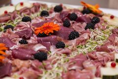 Casarse la comida fría con la comida culinaria de la comida fría de la cocina Imágenes de archivo libres de regalías