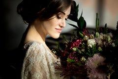 Casarse a la novia de la moda con el ramo en manos Imagen de archivo libre de regalías