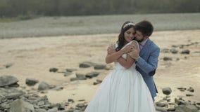 Casarse la situación de los pares cerca del río de la montaña Novio y novia en amor metrajes