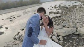 Casarse la situación de los pares cerca del río de la montaña Novio y novia en amor almacen de video