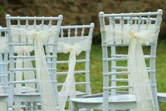 Casarse las sillas blancas Imágenes de archivo libres de regalías