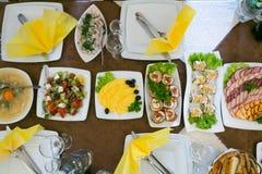 Casarse las tablas con la comida y las bebidas Foto de archivo libre de regalías