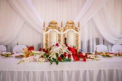 Casarse las tablas con la comida y las bebidas Fotos de archivo