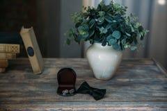 Casarse los accesorios del novio, detalles de la ropa, corbata de lazo, vínculos de puño, anillos de oro Imágenes de archivo libres de regalías