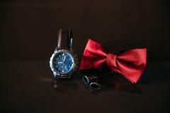 Casarse los accesorios del novio, detalles de la ropa, corbata de lazo, vínculos de puño, anillos de oro Imagen de archivo libre de regalías