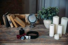 Casarse los accesorios del novio, detalles de la ropa, correa, reloj, boutonniere, corbata de lazo, perfume Fotos de archivo libres de regalías