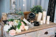 Casarse los accesorios del novio, detalles de la ropa, correa, reloj, boutonniere, perfume Fotografía de archivo libre de regalías