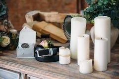 Casarse los accesorios del novio, detalles de la ropa, correa, reloj, boutonniere, perfume Fotos de archivo