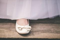 Casarse los zapatos con barrido de una novia imagen de archivo libre de regalías