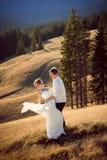 Casarse pares baila en el top de la montaña honeymoon imagenes de archivo