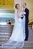 Casarse pares dentro se está abrazando Imagenes de archivo