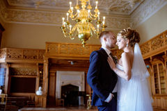 Casarse pares dentro se está abrazando Foto de archivo