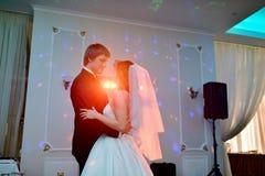 Casarse pares en el restaurante está bailando Imagenes de archivo