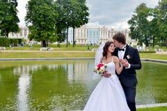 Casarse pares en la naturaleza se está abrazando Fotografía de archivo