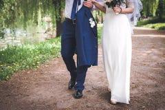 Casarse paseo a lo largo del río Imagen de archivo
