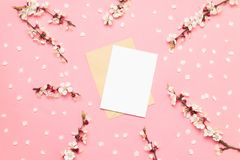 Casarse tarjetas de la invitación con las flores rosadas en un fondo rosado foto de archivo