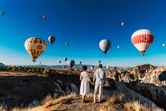 Casarse viaje Viaje de la luna de miel Pares en amor entre los globos Un individuo propone a una muchacha r Pares adentro imágenes de archivo libres de regalías