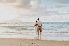 Casarse viaje de los pares en la playa en las zonas tropicales imagen de archivo
