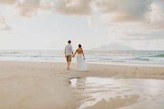 Casarse viaje de los pares en la playa en las zonas tropicales fotografía de archivo libre de regalías