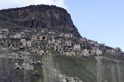 Casas abandonadas de la cueva en las colinas de la ciudad de Mardin de Turquía fotos de archivo