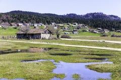 Casas abandonadas de la montaña en la meseta de Karagol cerca de Tarakli Foto de archivo